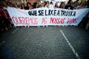 """Integrantes del movimiento portugués """"Que se joda la Troika""""- Fuente : Eslabonesperididosdelsistema"""