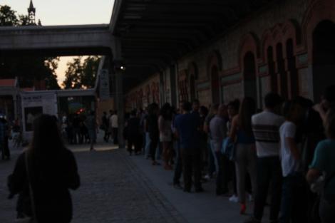 Fila de personas eseprando a entrar en una exposición en el Matadero- Fuente: Juan Haro